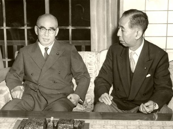 写真・図版 : 石橋湛山前首相(左)と話し合う岸信介首相(右)=1958年11月、石橋邸