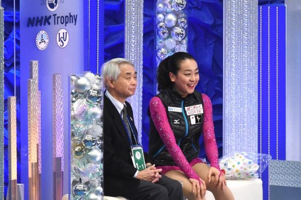 NHK杯の女子SPの演技後、キスアンドクライで笑顔の佐藤信夫コー