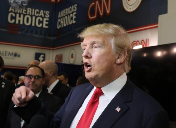 写真・図版 : 共和党のテレビを終え、記者団のインタビューに答えるトランプ氏=2015年12月、ラスベガス