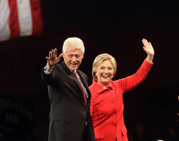 写真・図版 : アイオワ州で開かれた民主党の集会で演説したヒラリー・クリントン前国務長官(右)と、久しぶりに登場したビル・クリントン元大統領=2015年10月
