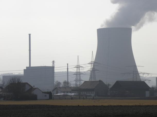 写真・図版 : ミュンヘン郊外のイザー原子力発電所も、2022年末に止められる予定だ(筆者撮影)