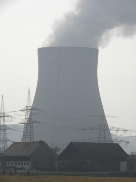 写真・図版 : ドイツでは核廃棄物の貯蔵処分費用をめぐる議論が激しく行われている。(写真はミュンヘン郊外のイザー原発。筆者撮影)