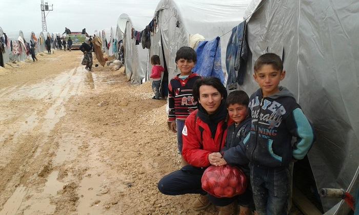 トルコのシリア難民キャンプで暮らす子どもたちと「難民を助ける会(AAR)」スタッフ=2015年1月、AAR提供