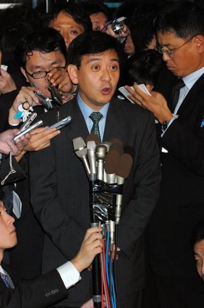 会見する村上世彰氏=2005年10月、大阪市