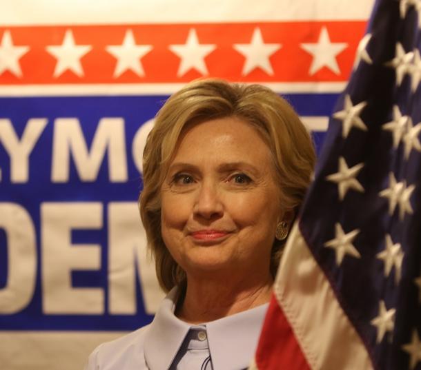 写真・図版 : ニューハンプシャー州での有権者とのミニ集会で、政策を訴えるヒラリー・クリントン前国務長官