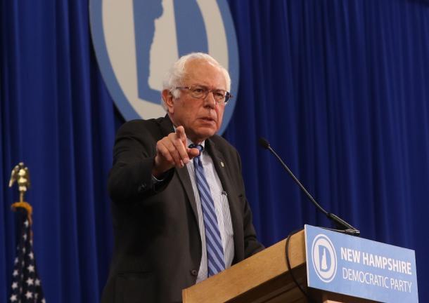 写真・図版 : 米ニューハンプシャー州民主党大会で演説するバーニー・サンダース上院議員