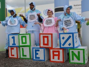 COP21に合わせ、クリーンエネルギーの100%導入を訴えるNGOのメンバー