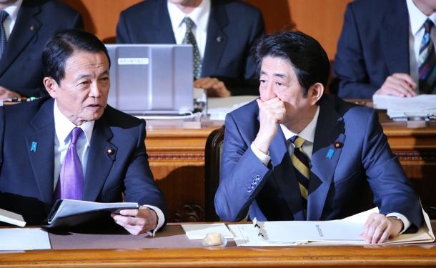 参院本会議で話をする麻生太郎副総理兼財務相(左)と安倍晋三首相=2016年1月4日