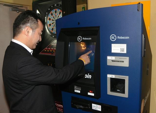 写真・図版 : 都内のダイニングバーに設置されたビットコインの「ATM」。ビットコインを買うことも売ることもできる=2014年6月18日、篠 健一郎撮影