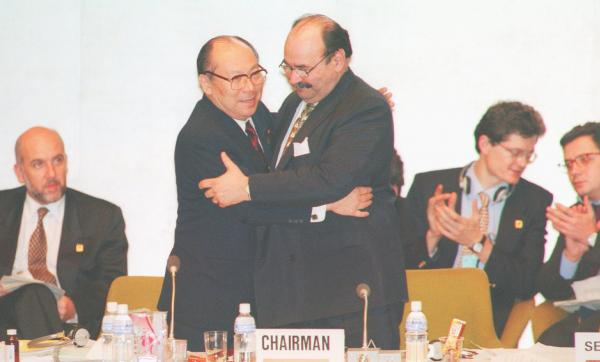 写真・図版 : 地球温暖化防止京都会議(COP3)で大木浩議長(中央左)と=1997年12月、京都市