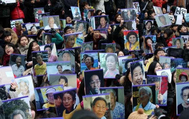 ソウル市内の在韓日本大使館そばに設置された少女像の周囲で開かれた抗議集会=提供・東亜日報