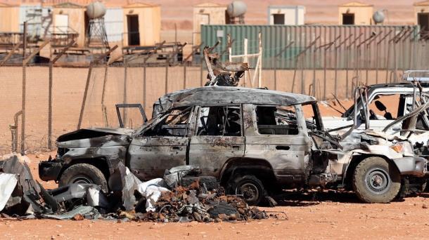 居住区と天然ガス生産施設を結ぶ道沿いには、焼け焦げた車両が放置されていた=31日、アルジェリア