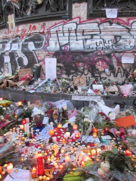 事件から二日後。共和国の象徴レピュブリック広場でも > > 「Peace for Paris」のデッサンがある