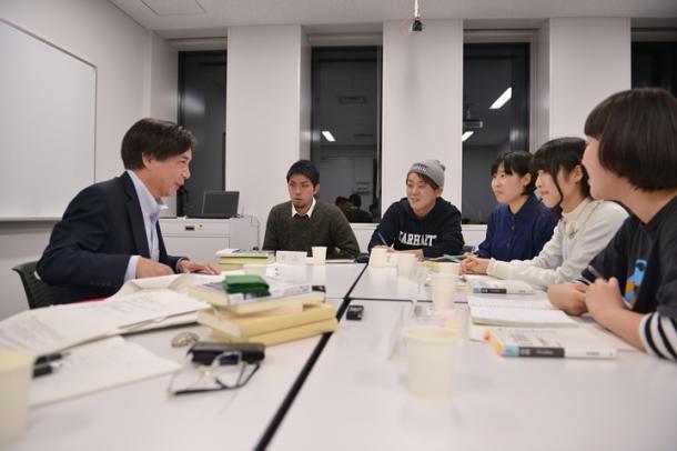 写真・図版 : 齋藤純一さん(左)と議論するSEALDsメンバーら