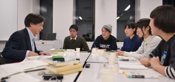 写真・図版 : 齋藤純一さん(左)と議論するSEALDsのメンバー