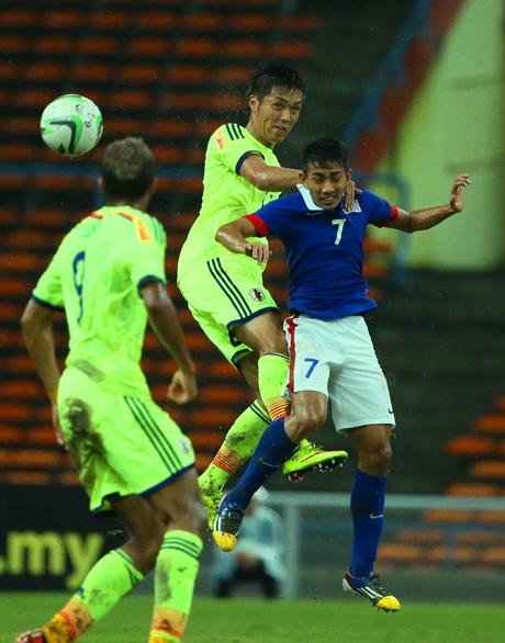 五輪1次予選のマレーシア戦で相手選手と競り合う久保(中央)=2015年3月31日、マレーシア・シャーアラム