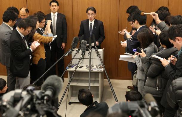 日韓外相会談後、報道陣の質問に答える岸田文雄外相=2015年12月28日、ソウルの日本大使館、代表撮影