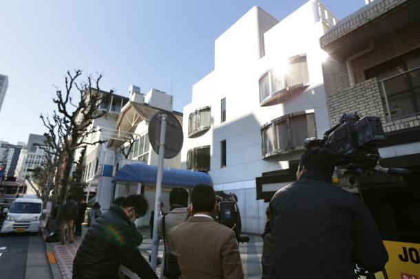 写真・図版 : SMAPが所属するジャニーズ事務所前に詰めかけた報道陣=2016年1月13日、東京都港区