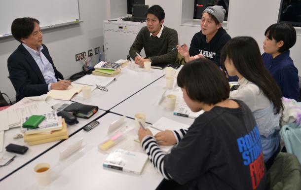 写真・図版 : 齋藤純一さん(左)とSEALDsのメンバー