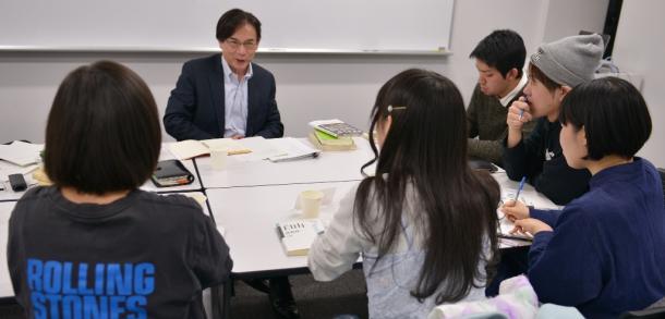 語り合う齋藤純一さん(左から2人目)とSEALDsのメンバー
