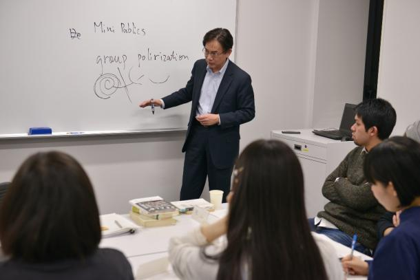 写真・図版 : 「ミニパブリック」について説明する齋藤純一さん(真ん中)とSEALDsのメンバー