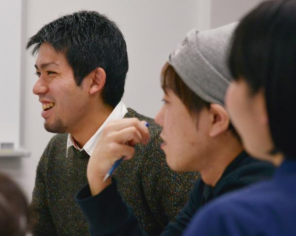 写真・図版 : 元山仁士郎さん(左)、千葉泰真さん、是枝香琳さん(後ろ姿)