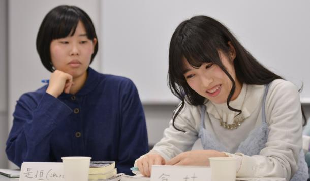 写真・図版 : 今村幸子さん(右)と是恒香琳さん