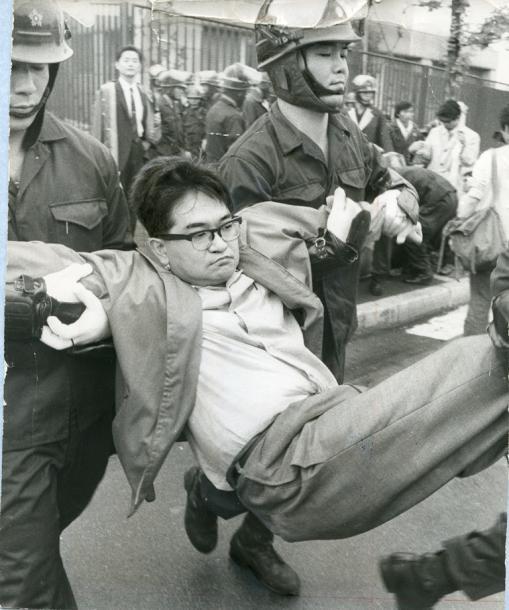 国会議事堂の南通用門前に座り込みをし、機動隊員に排除される安保拒否百人委員会のメンバーで評論家の鶴見俊輔さん=1970年