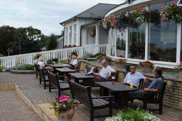 プレー後にゴルフ談議をしながら飲むビールはたまらない(サウスポート&エインズデールGC、イングランド)