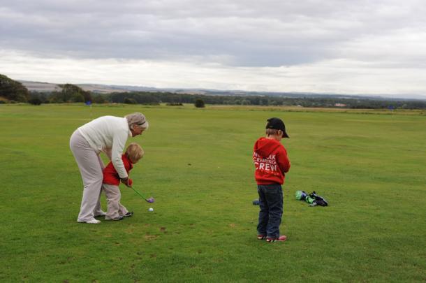 写真・図版 : 祖母が孫二人にゴルフの手ほどき(ガランGCの5ホールの無料子供コース、スコットランド)