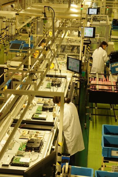 シャープ栃木工場で液晶テレビのチューナーや回路を取り付ける生産ライン=2015年11月、栃木県矢板市
