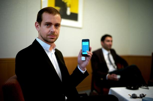 スマホを手にするツイッターの創業者ジャック・ドーシー氏=2013年5月、東京都港区