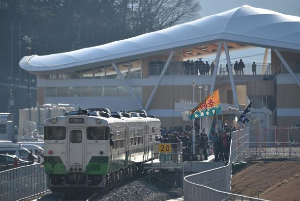 写真・図版 : 写真2 2015年3月に再開したJR女川駅。駅前での催しで集客をめざすが、列車は1時間に1本程度=宮城県女川町