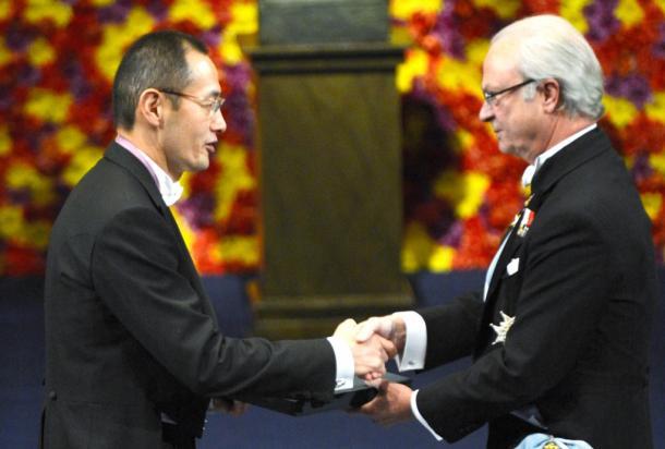 2012年12月10日、ストックホルムで開かれたノーベル賞の授賞式で、スウェーデンのカール16世グスタフ国王からメダルを受け取る医学生理学賞を受賞した京都大の山中伸弥教授