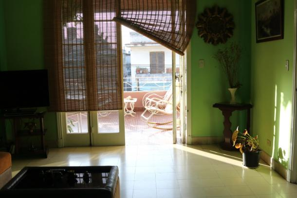 写真・図版 : あるカサの居間。こんなきれいな所もある。しかし、居室はたいしてきれいではなかった。皆、リビングに凝るのである=撮影・筆者