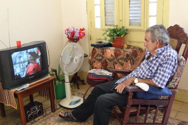 写真・図版 : このカサの大家さんのお父さんはいつもテレビを見ている。通りがかると、「一緒に見よう」と声をかけてくれる。フレンドリー。ここはいいカサだった=撮影・筆者