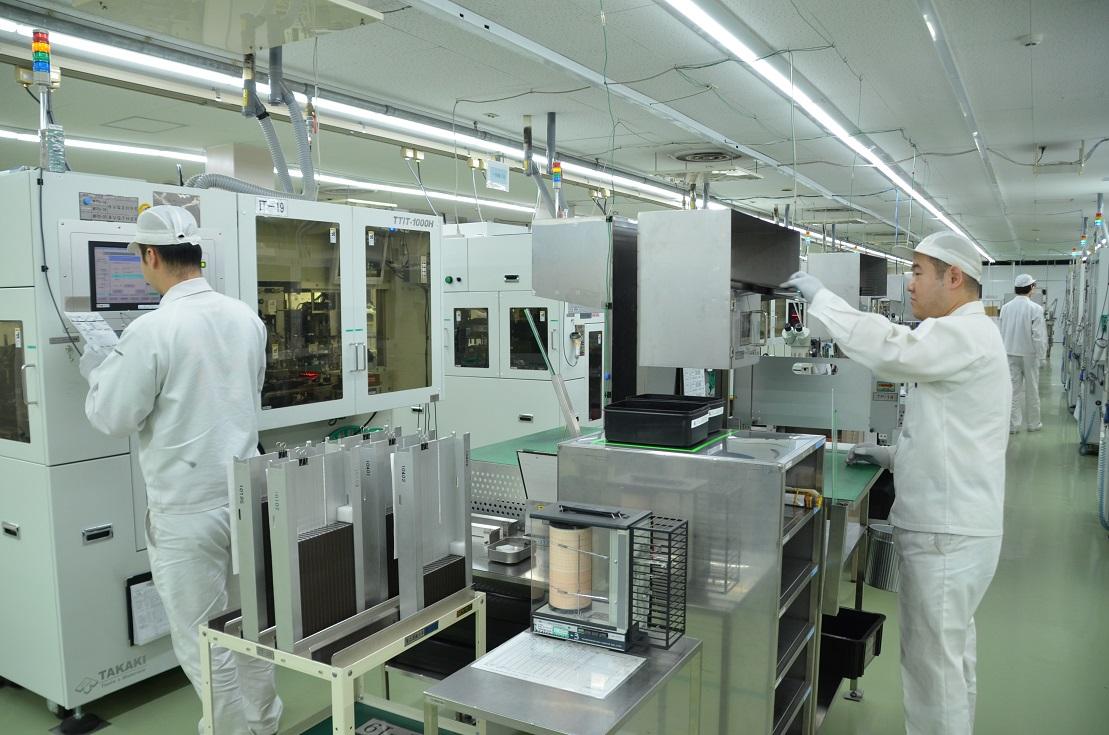 日本の半導体工場の内部。工場ではクリーンな空気が求められる。