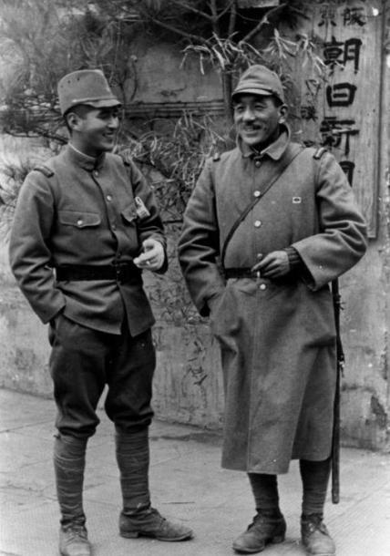 中国の前線で再会した小津安二郎監督(右)と俳優の佐野周二=1938年12月、漢口(現・武漢)の朝日新聞現地支局前