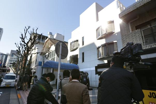 報道陣が詰めかけたジョニーズ事務所前=2016年1月13日、東京都港区