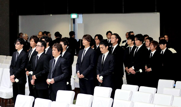 森光子さんの本葬で献花に向かう(前列から)少年隊、SMAP、TOKIOらジャニーズのメンバー=2012年1月27日、東京都港区の青山葬儀所、報知新聞代表撮影