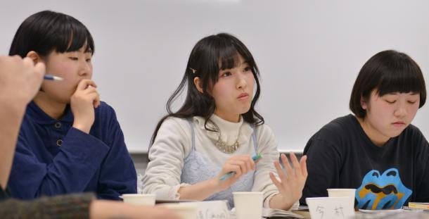 安部さくらさん(右)、今村幸子さん(真ん中)、是恒香琳さん