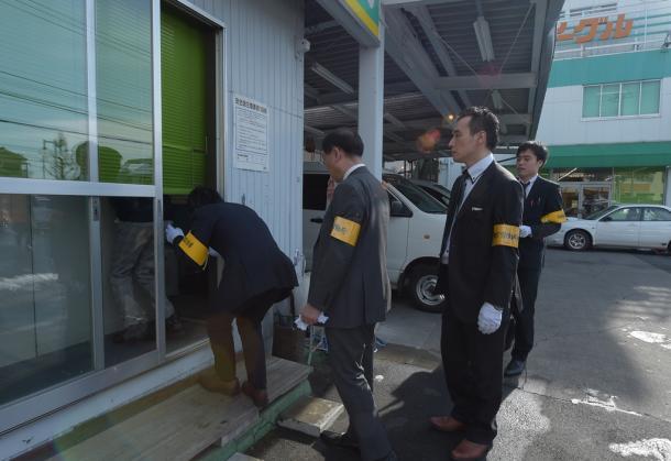 バス会社「イーエスピー」に強制捜査に入る東京労働局の職員