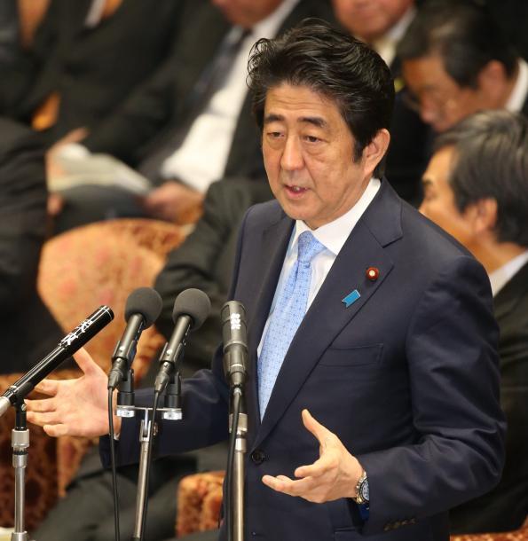 衆院予算委員会で答弁する安倍晋三首相=2月5日