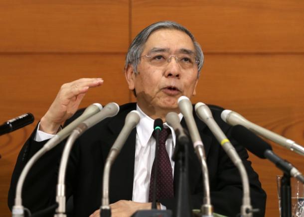 会見する日銀の黒田東彦総裁