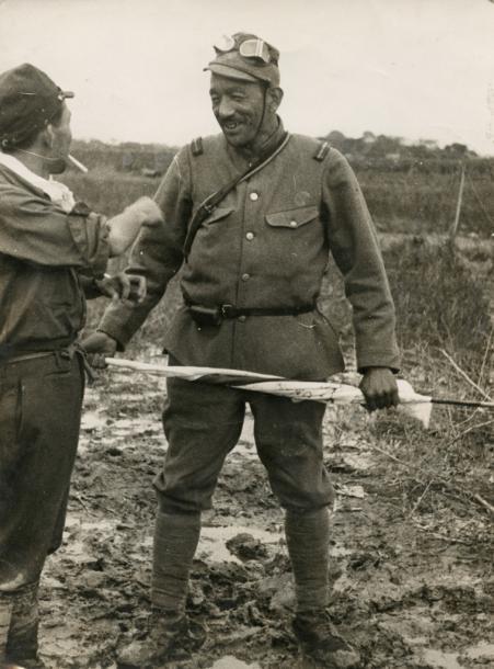俳優たちからおくられた日の丸を持った小津安二郎・歩兵伍長1937