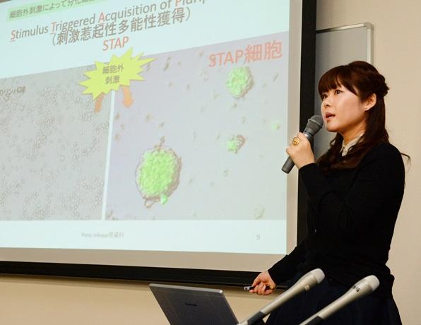 STAP細胞について説明する小保方晴子氏=2014年1月28日、神戸市中央区