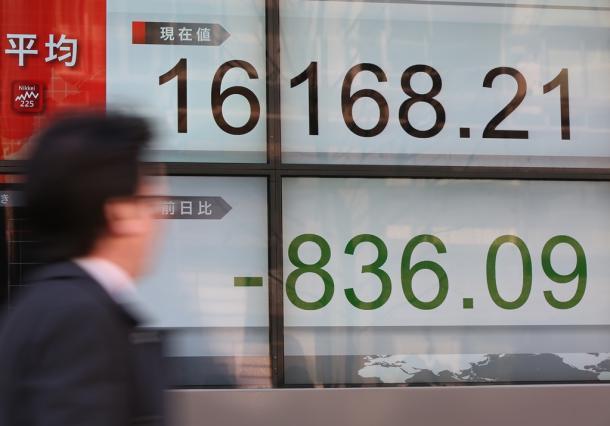 日経平均株価が一時、前日終値よりも800円超下落したことを示す株価ボード=2016年2月9日