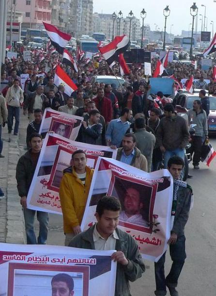 写真・図版 : エジプト第2の都市アレクサンドリアの海岸通りであった反ムバラクデモ=2011年2月