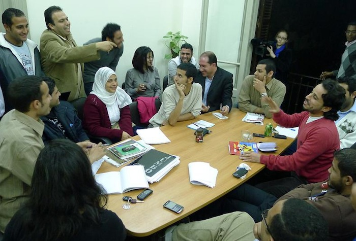 エジプト革命の後、反政府デモを主導した若者組織が集まった革命委員会ができて、毎日会合が開かれた=2011年3月、カイロで