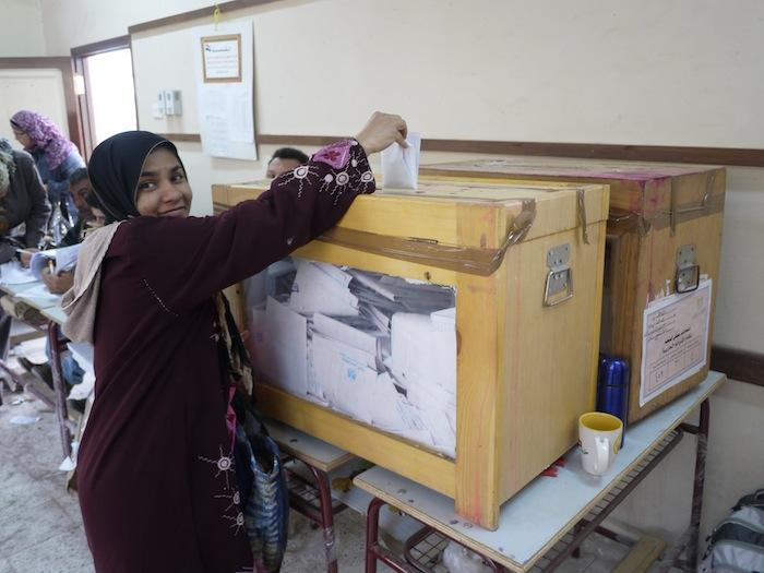 エジプト革命後に初めての議会選挙の投票風景。選挙ではムスリム同胞団が勝利した=2011年11月